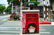 Impresionantes cabinas eléctricas con imágenes contra el COVID-19 en Hanoi