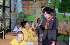 Dama de premier japonés visita hospital de Rehabilitación en Hanoi