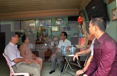 Presentan obsequios de Tet a familias vietnamitas-camboyanas en Phnom Penh
