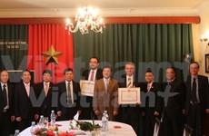 Vietnam otorga sello conmemorativo a políticos checos