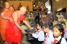 Monjes budistas vietnamitas en Tailandia visitan su patria