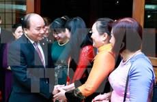 Premier Xuan Phuc dialoga con vietnamitas residentes en Filipinas