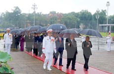 Líderes vietnamitas rinden tributo al Presidente Ho Chi Minh
