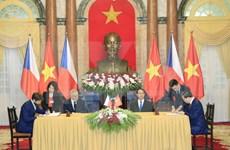 Presidente checo finaliza fructífera visita a Vietnam