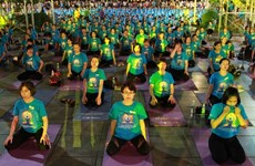 Casi mil personas participan en ejercicios masivos de yoga en Da Nang