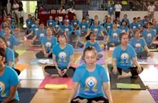 Ejercicio masivo de yoga atrae multitudes en Vietnam