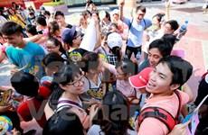 Hanoi responde al día internacional de abrazos gratis
