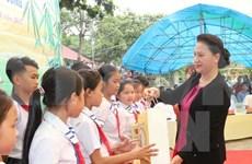 Presidenta del Parlamento felicita a niños de Tuyen Quang en ocasión de Fiesta de Medio Otoño