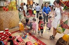 Juguetes tradicionales vietnamitas de Festival del Medio Otoño abarrotan mercados en Hanoi