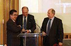 Profesor vietnamita instalado como miembro de Academia francesa