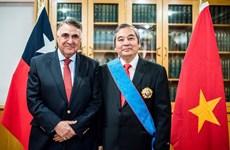 Chile entrega Orden al Mérito Gran Cruz al embajador vietnamita