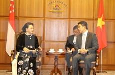 Presidenta de Asamblea Nacional de Vietnam dialoga con titular del Parlamento de Singapur