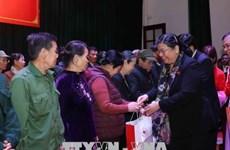 Dirigente parlamentaria entrega regalos a familias de pocos recursos en ocasión del Tet