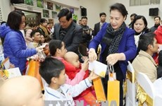 Dirigentes vietnamitas entregan regalos a personas necesitadas en ocasión del Tet