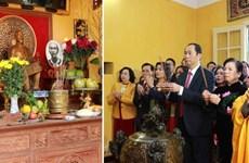 Dirigente del Estado de Vietnam ofrece incienso al presidente Ho Chi Minh