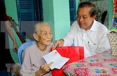 Vicepremier de Vietnam lleva regalos del Tet a compatriotas pobres