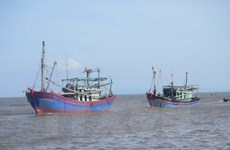 Remolcan con seguridad barco averiado en aguas