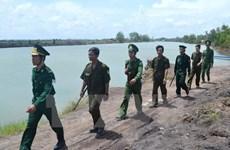 Viceministro de Defensa de Laos visita escuela de la fuerza guardafronteriza de Vietnam