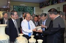 Premier de Vietnam insta a preservar valores de cerámica Chu Dau