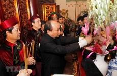 Ofrendan inciensos en honor a los reyes Hung