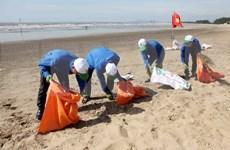 Unen manos para limpiar playas de Ha Long