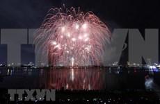 Impresionantes espectáculos pirotécnicos brillan cielo nocturno de ciudad vietnamita de Da Nang