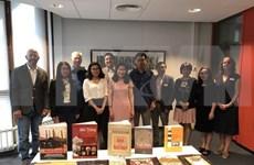Entregan libros y películas sobre Vietnam a la Universidad de Leiden
