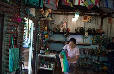 Turistas en Myanmar atraídos con productos reciclados convertidos en útiles accesorios