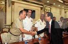 Dirigente de Ciudad Ho Chi Minh recibe a agregados militares extranjeros en Vietnam