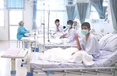 Niños y entrenador de fútbol rescatados de cueva tailandesa saldrán de hospital la próxima semana