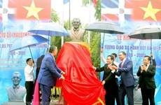 Develan busto de líder dominicano Juan Bosch en Vietnam