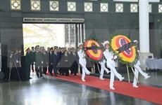 Mil 500 delegaciones nacionales y extranjeras rinden tributo a presidente Dai Quang en Vietnam
