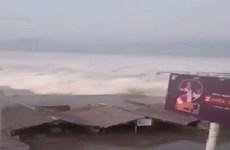 Cinco desaparecidos tras tsunami causado por terremoto en Indonesia