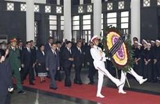 Delegaciones extranjeras rinden tributo a Do Muoi, exsecretario general del Partido Comunista de Vietnam