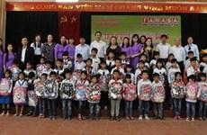 Entregan becas a alumnos con escasez económica en provincia vietnamita
