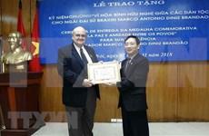 """Entregan insignia """"Por la paz y la amistad entre los pueblos"""" a embajador de Brasil en Vietnam"""