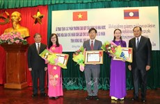 Laos entrega varias condecoraciones a dirigentes de provincia vietnamita