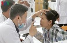 Médicos vietnamitas ofrecen tratamiento ocular gratuito para camboyanos