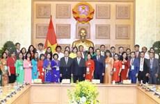 Premier de Vietnam dialoga con pedagogos destacados en Día nacional del Maestro