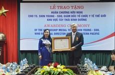 Director regional de OMS recibe Orden de Amistad de Vietnam