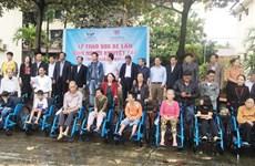 Donan sillas de ruedas a discapacitados en provincia vietnamita de Quang Binh