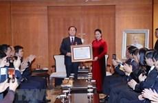 Presidenta del Parlamento de Vietnam entrega Orden de la Amistad a profesor surcoreano
