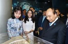 Premier de Vietnam pide a los estudiantes equiparse con amplios conocimientos