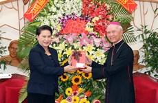 Presidenta del Parlamento de Vietnam extiende en provincia sureña felicitaciones de Navidad
