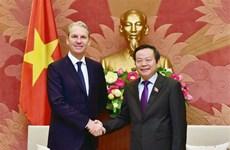 Grupo estadounidense transfiere tecnologías de producción farmacéutica a empresas vietnamitas