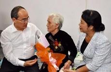 Ciudad Ho Chi Minh brinda asistencia financiera a necesitados en ocasión de Tet