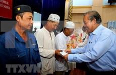 Otorgan obsequios dirigentes vietnamitas a personas necesitadas en ocasión del Tet