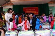 Vicepremier vietnamita otorga regalos a hogares pobres en Hoa Binh