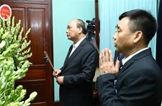 Premier vietnamita ofrece incienso al presidente Ho Chi Minh