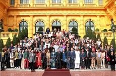 Recibe vicepresidenta de Vietnam a poetas y escritores extranjeros